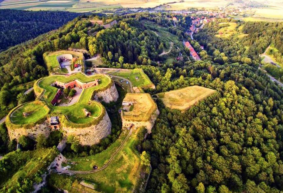 XVIII-wieczna twierdza, tajemnicze sanatorium czy opuszczony fort – letnie festiwale w nietypowych lokalizacjach
