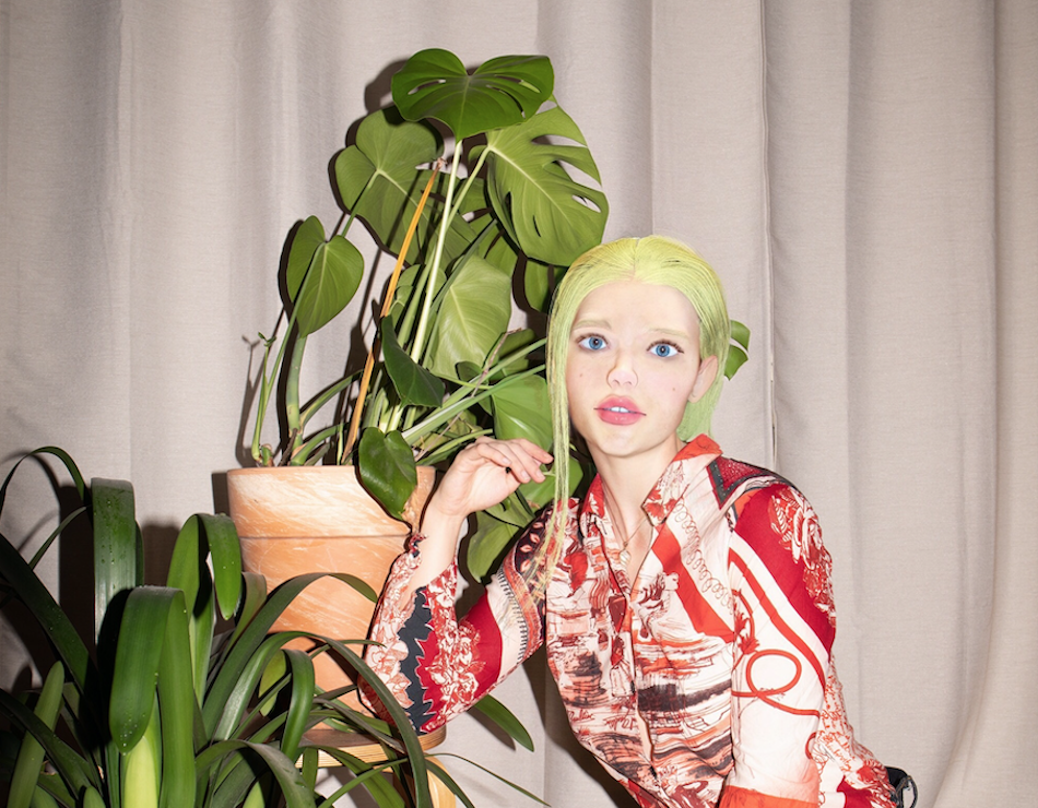Wirtualna influencerka Sara Kosmos podpowiada, na jakie materialne imprezy sylwestrowe wybrać sięw tym roku